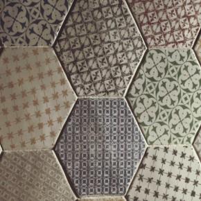 Carrelage hexagonal, imitation tomette provençale pour sol de salle de bains et mur au format 15x15 cm.