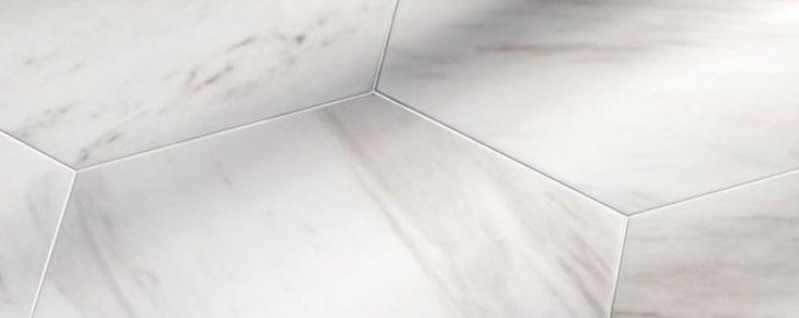La série Maue, une série de carrelage imitation marbre de forme hexagonal.